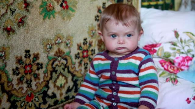 vídeos de stock, filmes e b-roll de close-up do bebê descontente, olhando para a câmera - descontente