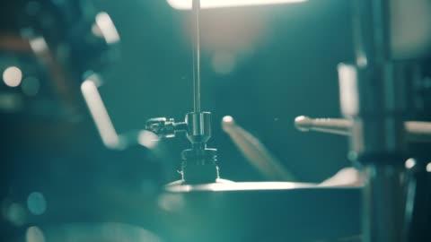 närbild av trummisen slår hi-hat cymbaler - musikinstrument bildbanksvideor och videomaterial från bakom kulisserna