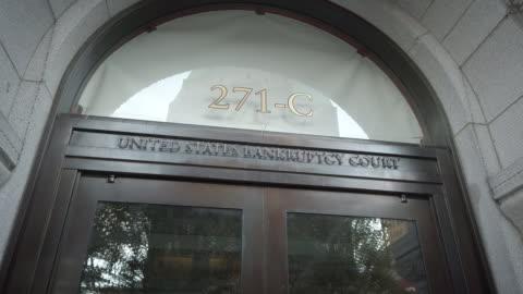 vídeos y material grabado en eventos de stock de closeup of entrance signage to the united states bankruptcy court at 271 cadman plaza east in brooklyn new york. - bancarrota