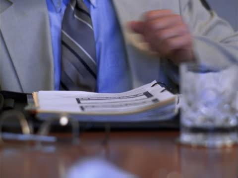 vídeos y material grabado en eventos de stock de close-up of executive taking notes - sólo hombres maduros