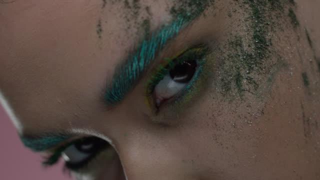 vídeos de stock, filmes e b-roll de close-up das peças do modelo de forma s da face na maquiagem colorida do estágio. vídeo de moda. - batom rosa