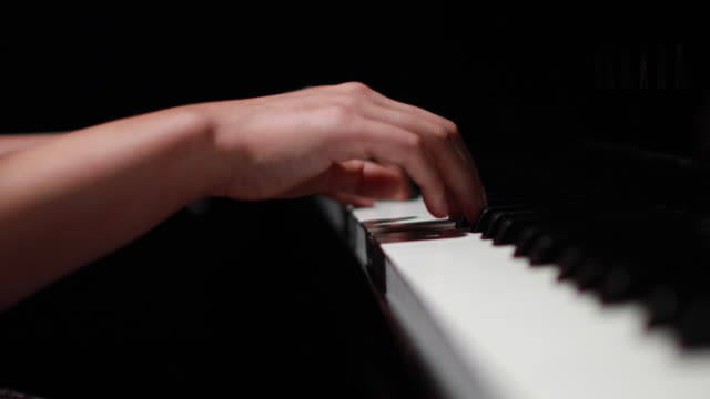 vídeos de stock e filmes b-roll de 4k close-up of female hands playing piano - piano