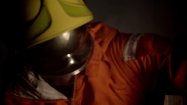 nahaufnahme der feuerwehrleute arbeiten bei dunkelheit - asbest stock-videos und b-roll-filmmaterial