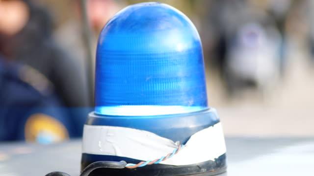 stockvideo's en b-roll-footage met close-up van knipperend licht op een politie-auto - noodverlichting