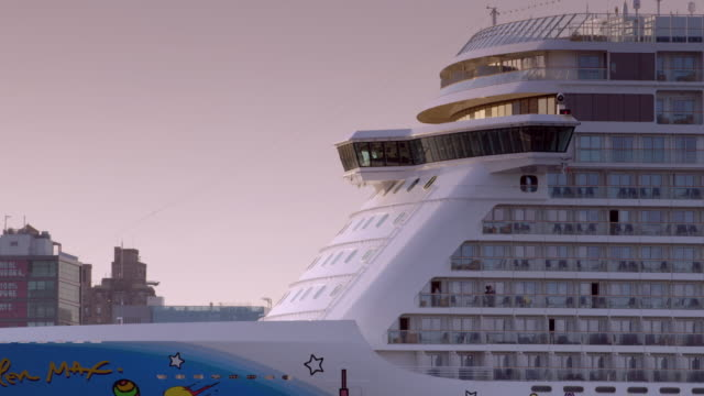closeup of front of norwegian cruise line moving through new york city as it heads out to sea. - kreuzfahrtschiff stock-videos und b-roll-filmmaterial