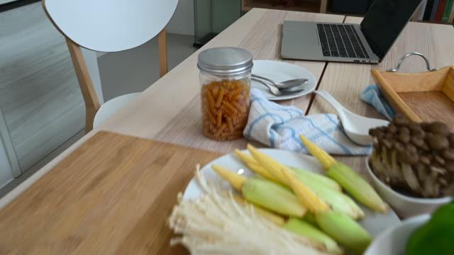 vídeos de stock, filmes e b-roll de close-up de frutas, legumes e laptop em mesa de madeira na cozinha em casa - receita