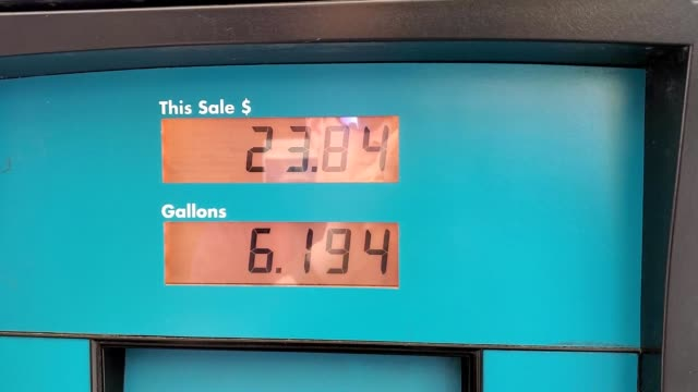 stockvideo's en b-roll-footage met closeup of gas prices and total on a gas pump as gasoline is pumped into an automobile san ramon california september 17 2019 - benzineprijzen