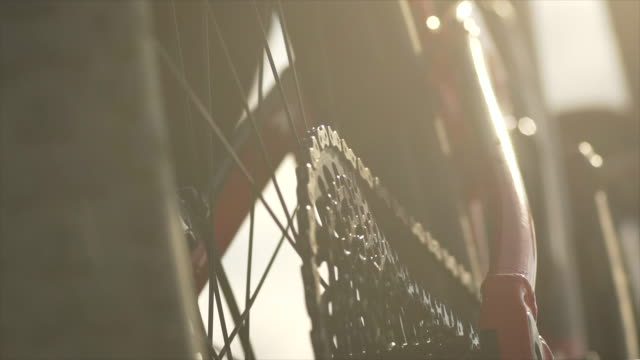 vidéos et rushes de closeup of gears sprocket chain and chain ring on a mountain bike. - slow motion - vélo