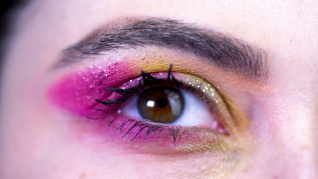 女の子の目のクローズアップ、メイクアップ。ストックビデオ - アイシャドウ点の映像素材/bロール