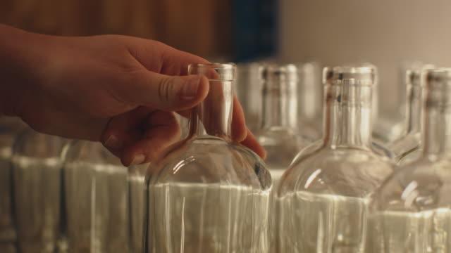 vidéos et rushes de plan rapproché des bouteilles en verre disposées à l'usine - manufacturing occupation