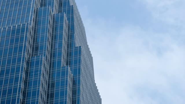 vídeos y material grabado en eventos de stock de primer plano del edificio del negocio de vidrio con niebla y nubes móviles - imagen minimalista