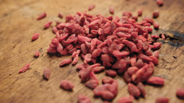 vídeos de stock e filmes b-roll de close-up of goji berries - lichia