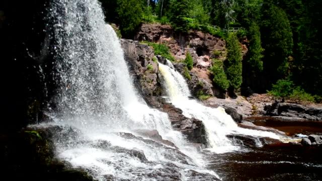 primo piano delle cascate del fiume gooseberry - lago superiore video stock e b–roll