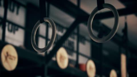 vídeos y material grabado en eventos de stock de primer plano de anillos de gimnasio que hace pivotar - separación