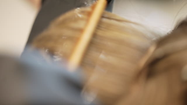 vídeos de stock, filmes e b-roll de close-up do cabeleireiro que aplica a tintura de cabelo no cabelo de brown - brown hair