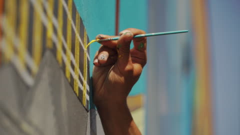 vídeos y material grabado en eventos de stock de closeup of hand painting street art (graffiti) in clarion alley, san francisco, usa - arte