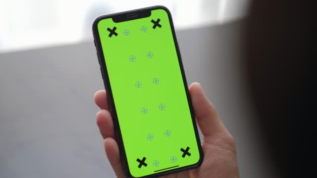 vídeos de stock, filmes e b-roll de close-up de mãos segurando tela verde chroma chave - portable information device