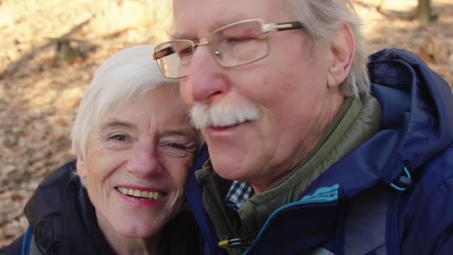 stockvideo's en b-roll-footage met close-up van gelukkige paar rekening selfie in het bos - zelfportret fotograferen