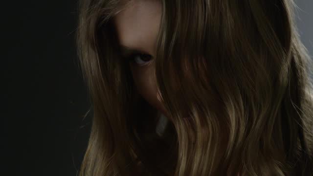 金髪ファッション性の高いモデルの髪と目のクローズ アップ。ファッションのビデオ。 - 裸点の映像素材/bロール