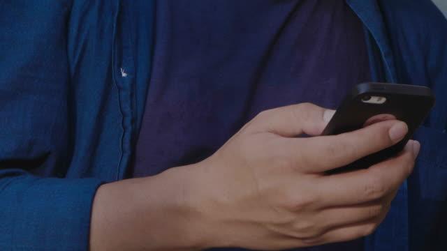 Nahaufnahme von Menschenhand mit Smartphone