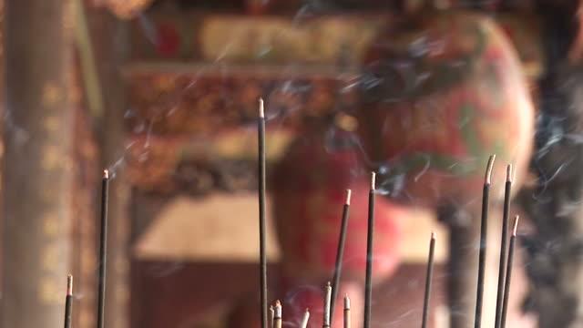 vídeos de stock, filmes e b-roll de close-up of incense in bao-an temple taipei taiwan - taipei