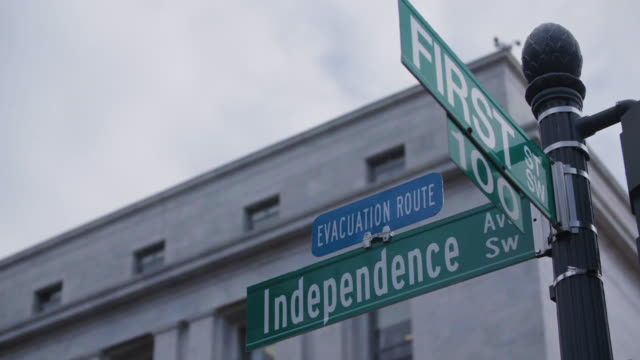 close-up of independence avenue and first street sign in dc - segnaletica stradale video stock e b–roll