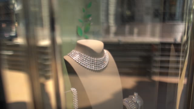 stockvideo's en b-roll-footage met close-up of jewellery in a window display in a shop in monaco - etalage