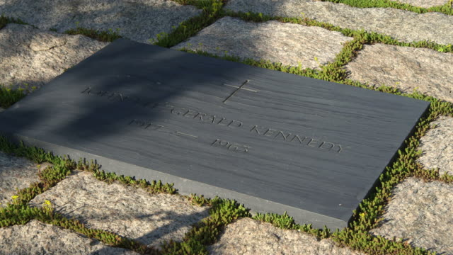 vidéos et rushes de close-up of jfk grave marker at arlington national cemetery. shot in may 2012. - pierre tombale
