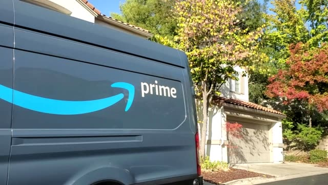 stockvideo's en b-roll-footage met close-up of logo for amazon prime on delivery truck on a suburban street in san ramon, california, october 18, 2019. - bestelwagen