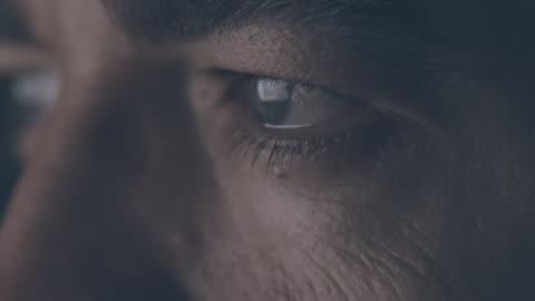 vídeos de stock, filmes e b-roll de close-up de olhos masculinos - assistir tv