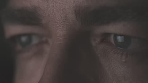stockvideo's en b-roll-footage met close-up van mannelijke ogen - staring