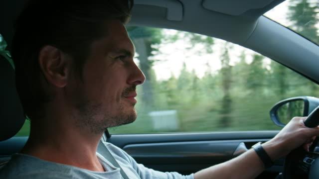 primo-up di maschio durante il viaggio durante le vacanze - guidare video stock e b–roll