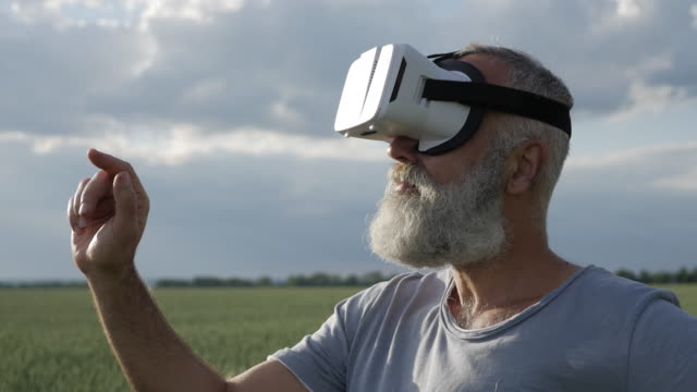 nahaufnahme des mannes mit vr-brillen im freien, folien umdrehen - vollbart stock-videos und b-roll-filmmaterial