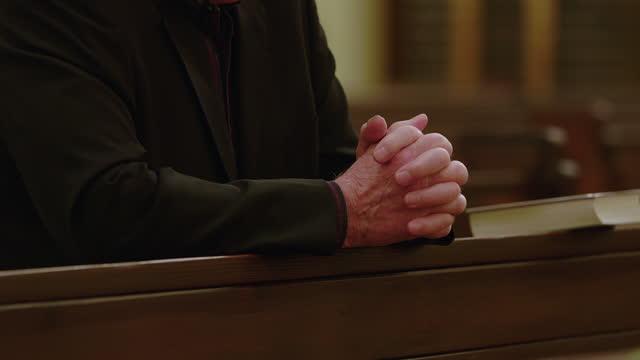 vidéos et rushes de plan rapproché de l'homme priant dans l'église pendant covid-19 - catholicisme