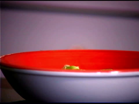 vídeos de stock e filmes b-roll de close-up of man putting chopped bell peppers in bowl - só um homem maduro