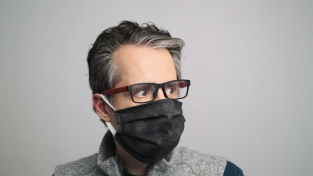 vídeos de stock, filmes e b-roll de close-up do homem usando máscara - só um homem maduro