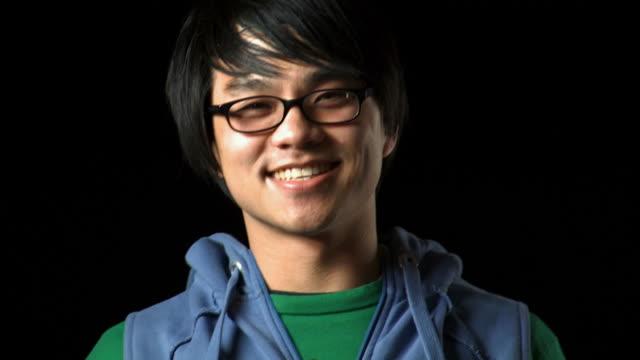 closeup of man with eyeglasses smiling - andere clips dieser aufnahmen anzeigen 1161 stock-videos und b-roll-filmmaterial