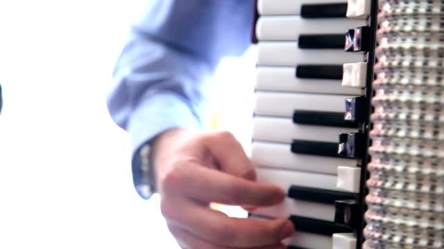 vídeos y material grabado en eventos de stock de primer plano de manos del hombre tocando acordeón - acordeonista