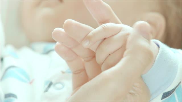Nahaufnahme des Neugeborenen baby halten Mutter finger