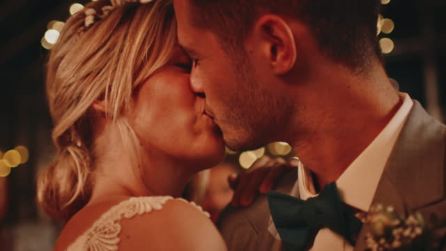 nahaufnahme des frisch vermählten paares küssen beim tanzen - hochzeit stock-videos und b-roll-filmmaterial