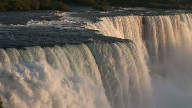 vídeos de stock e filmes b-roll de close-up of niagara waterfalls in new york united states - rio niágara