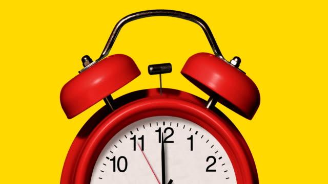 vídeos y material grabado en eventos de stock de primer plano de los antiguos sonidos de reloj despertador rojo en el fondo amarillo - manecilla de segundos