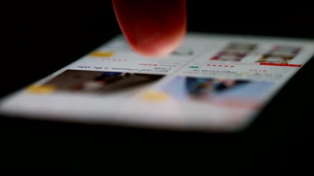nahaufnahme des online-einkaufs mit digitalem tablet - handwagen stock-videos und b-roll-filmmaterial