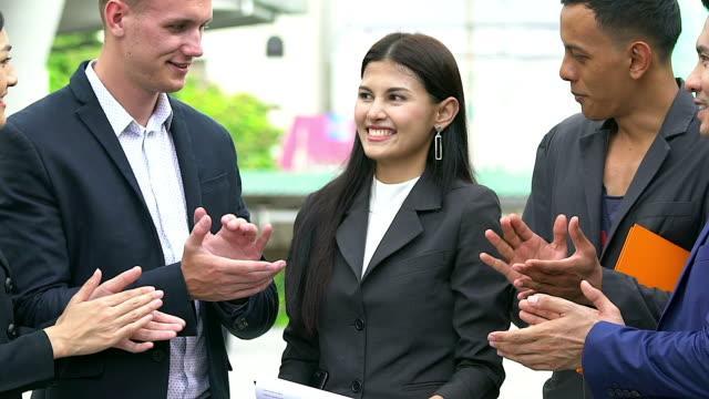 nahaufnahme von händeklatschen nach dem seminar business partner. berufsausbildung, arbeitstreffen, vortrag oder coaching konzept. - menschliche gliedmaßen stock-videos und b-roll-filmmaterial