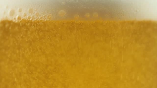 nahaufnahme des gießens von bier - pint stock-videos und b-roll-filmmaterial