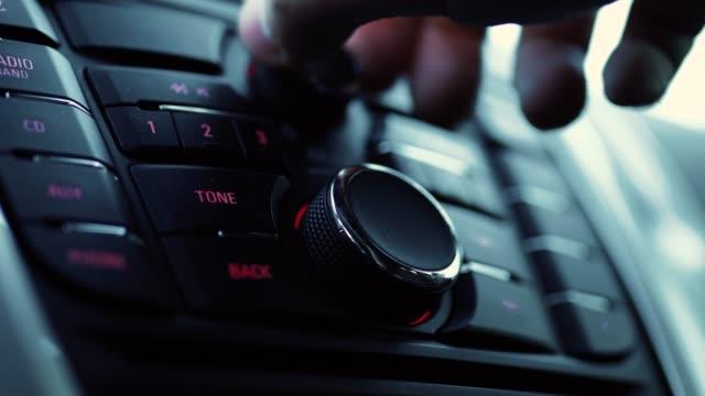 stockvideo's en b-roll-footage met close-up van het radiografisch bedieningspaneel auto insine - auto interieur