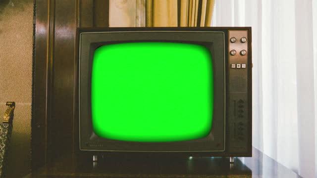 vídeos y material grabado en eventos de stock de primer plano de la televisión retro con pantalla de clave de croma - anticuario anticuado