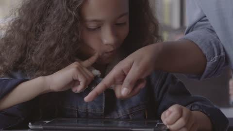 vídeos y material grabado en eventos de stock de close-up of schoolgirl listening to young teacher - maestro