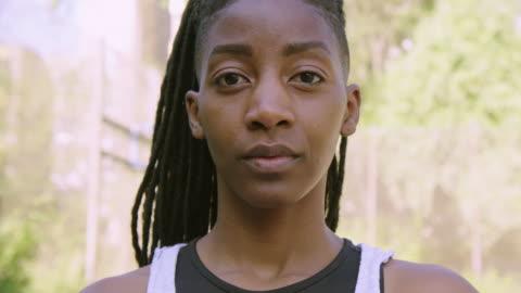 vídeos y material grabado en eventos de stock de primer plano de la jugadora de baloncesto femenina seria - cabello negro