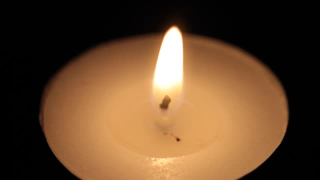 vídeos y material grabado en eventos de stock de primer plano de la pequeña vela encendida - vela equipo de iluminación